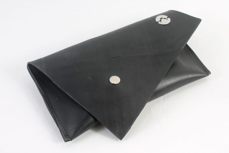 Clutch com design triangular
